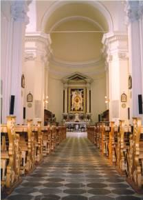 La navata centrale con l'altare.
